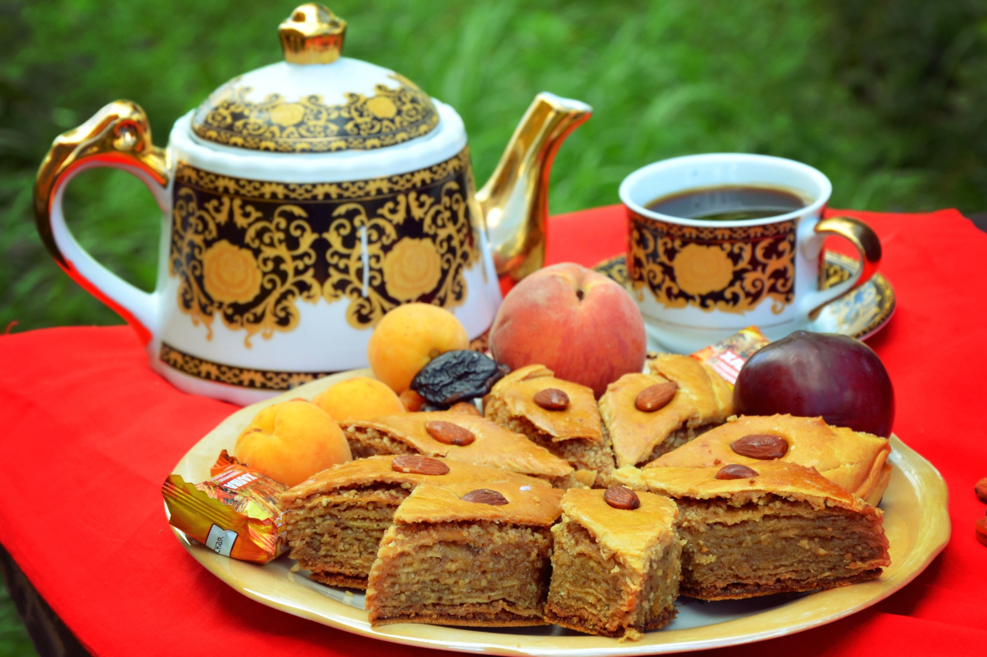 sladosti-pakhlava-orekhi-chai-medovaia